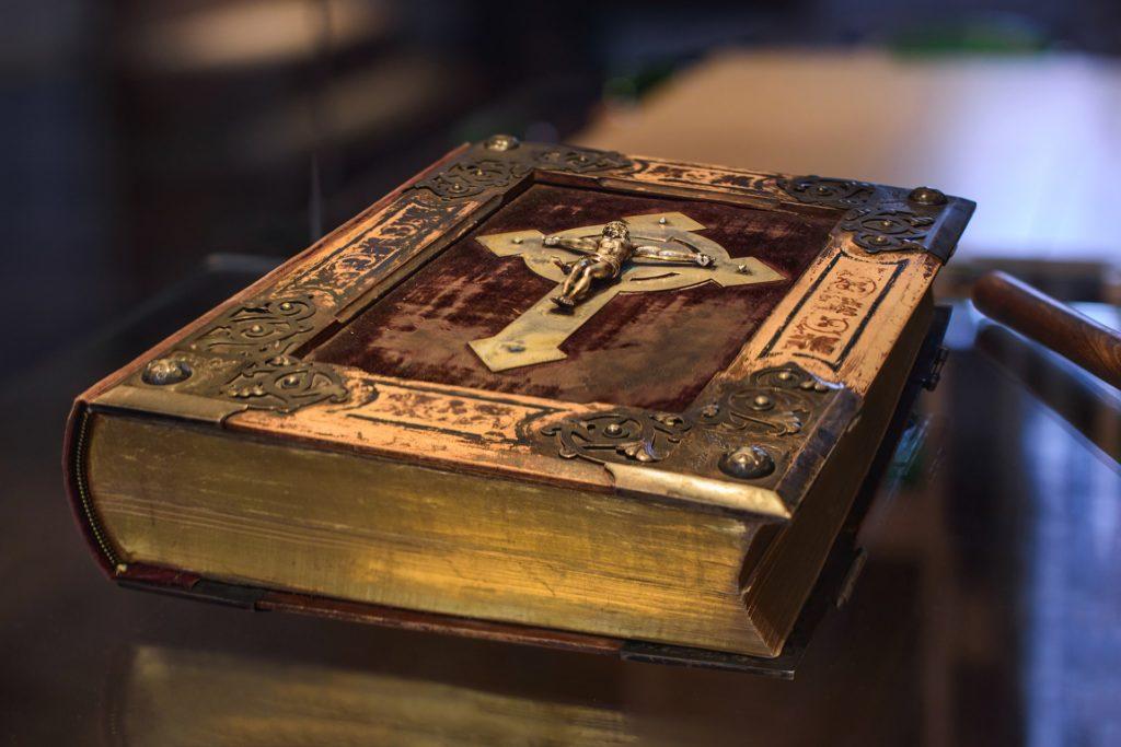книга с крестом на обложке