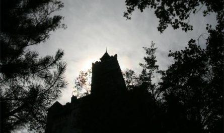 мрачный замок на фоне неба