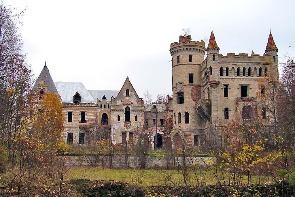 Заброшенный готический замок в селе Муромцево